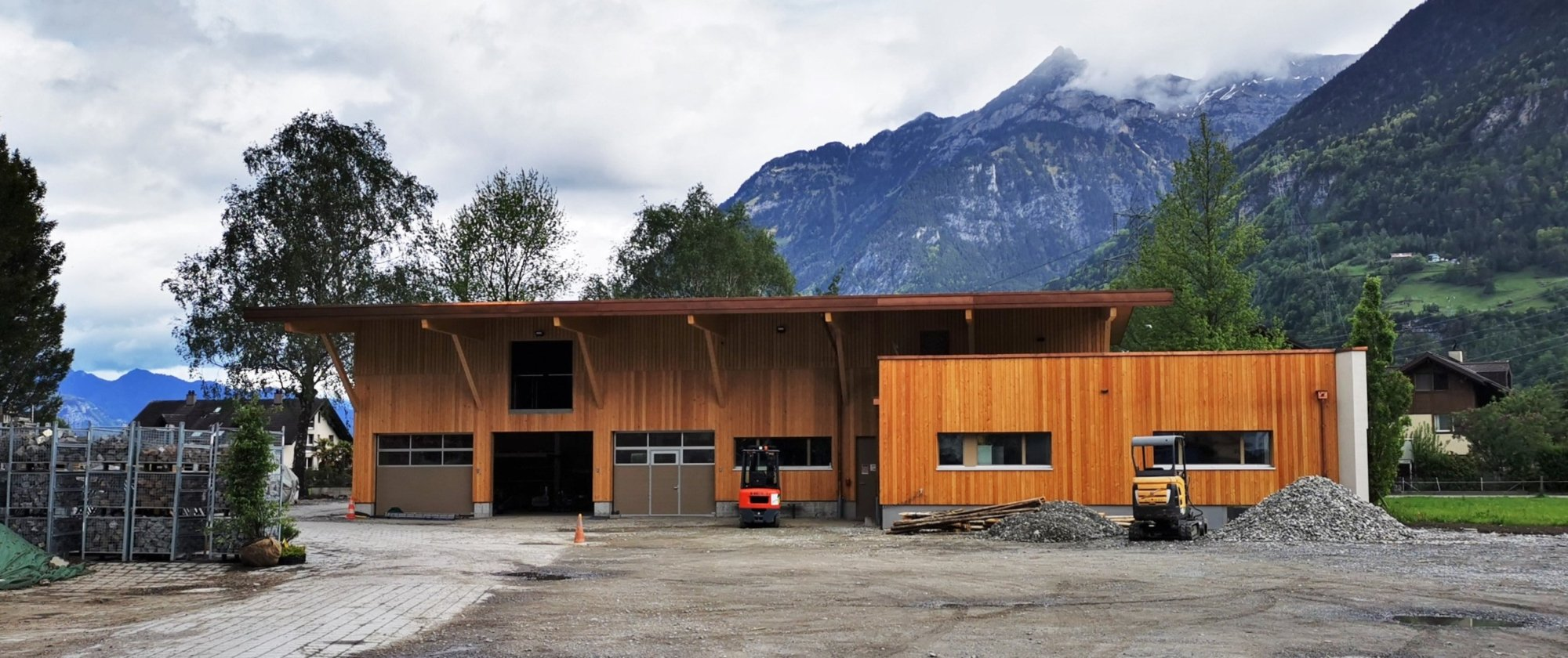 Ansicht an die Holzfassade des neuen Werkhofs