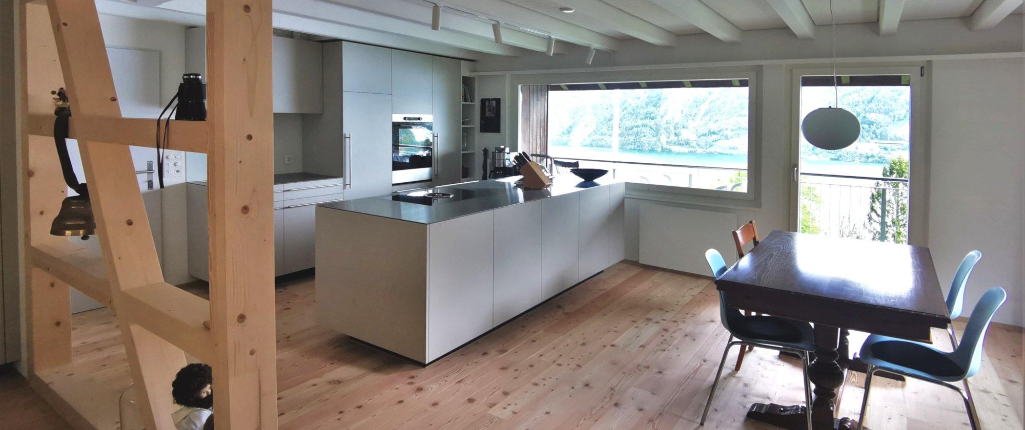 die neue Küche und die hell gestrichene Decke lässt den Raum grösser wirken