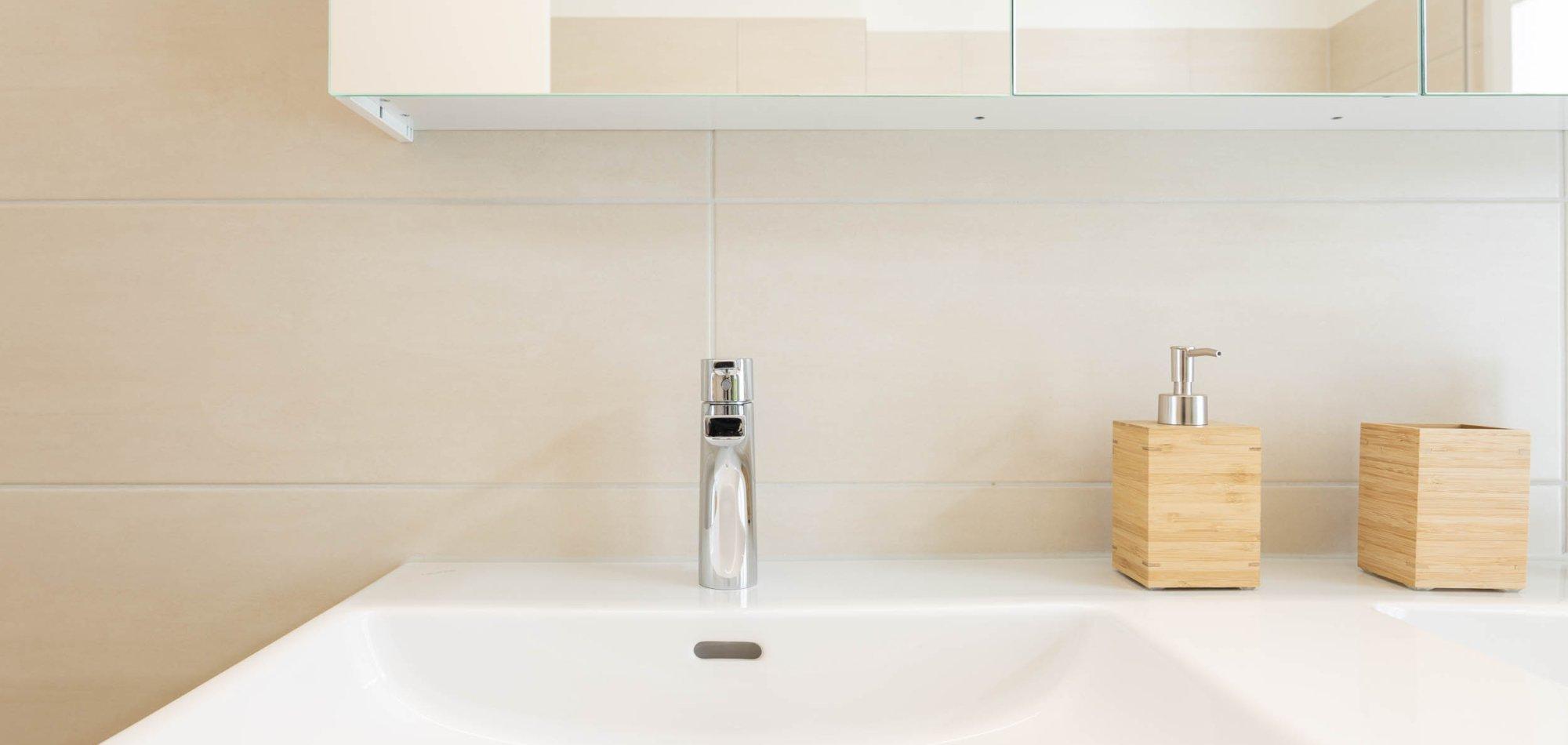 modernes Bad mit Doppelwaschtisch