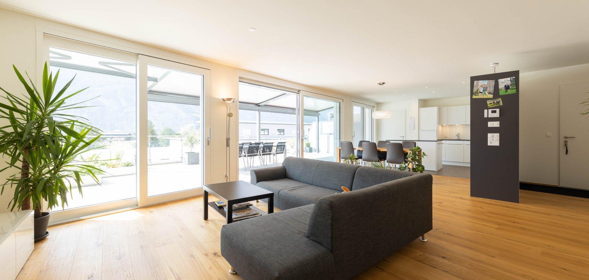offenes Wohnzimmer mit Blick auf den Dachgarten