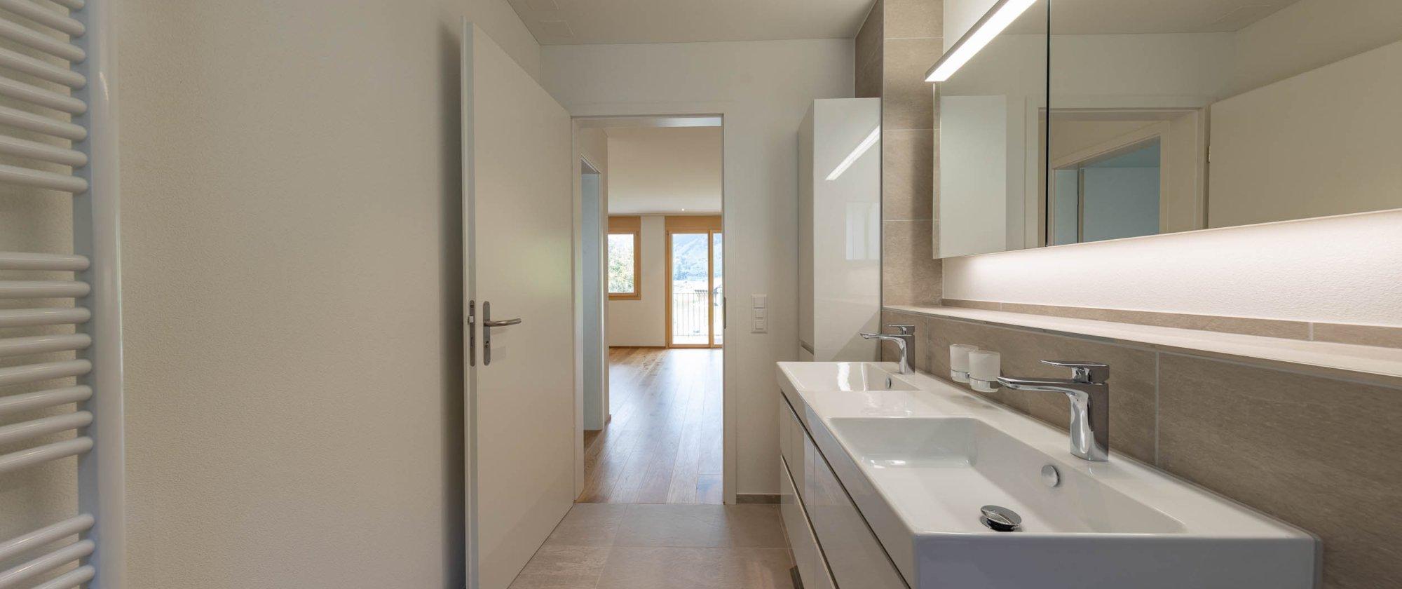grosszügiges Bad mit viel Stauraum in der 5-Zimmerwohnung