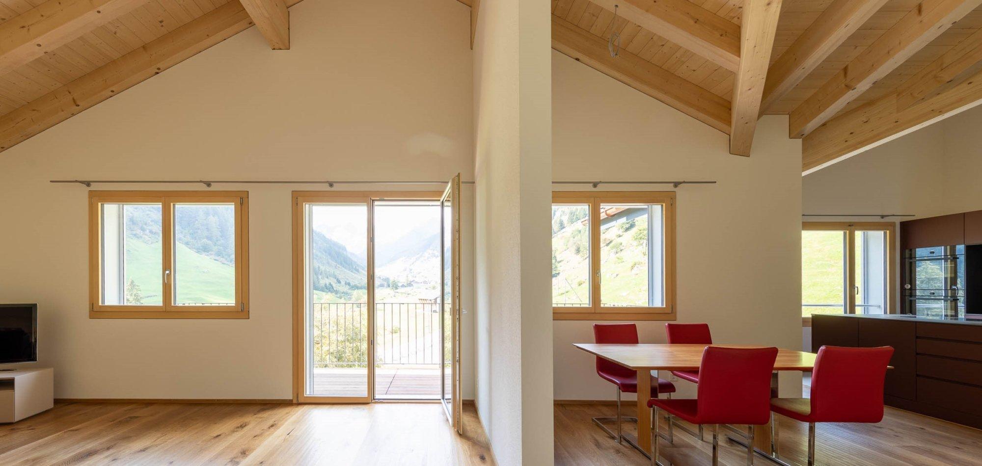 offener Wohnbereich mit Sichtdachstuhl