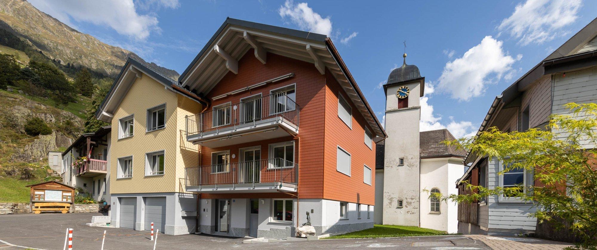 Aussenansicht des Gebäudes an prominenter Lage vor der Kirche