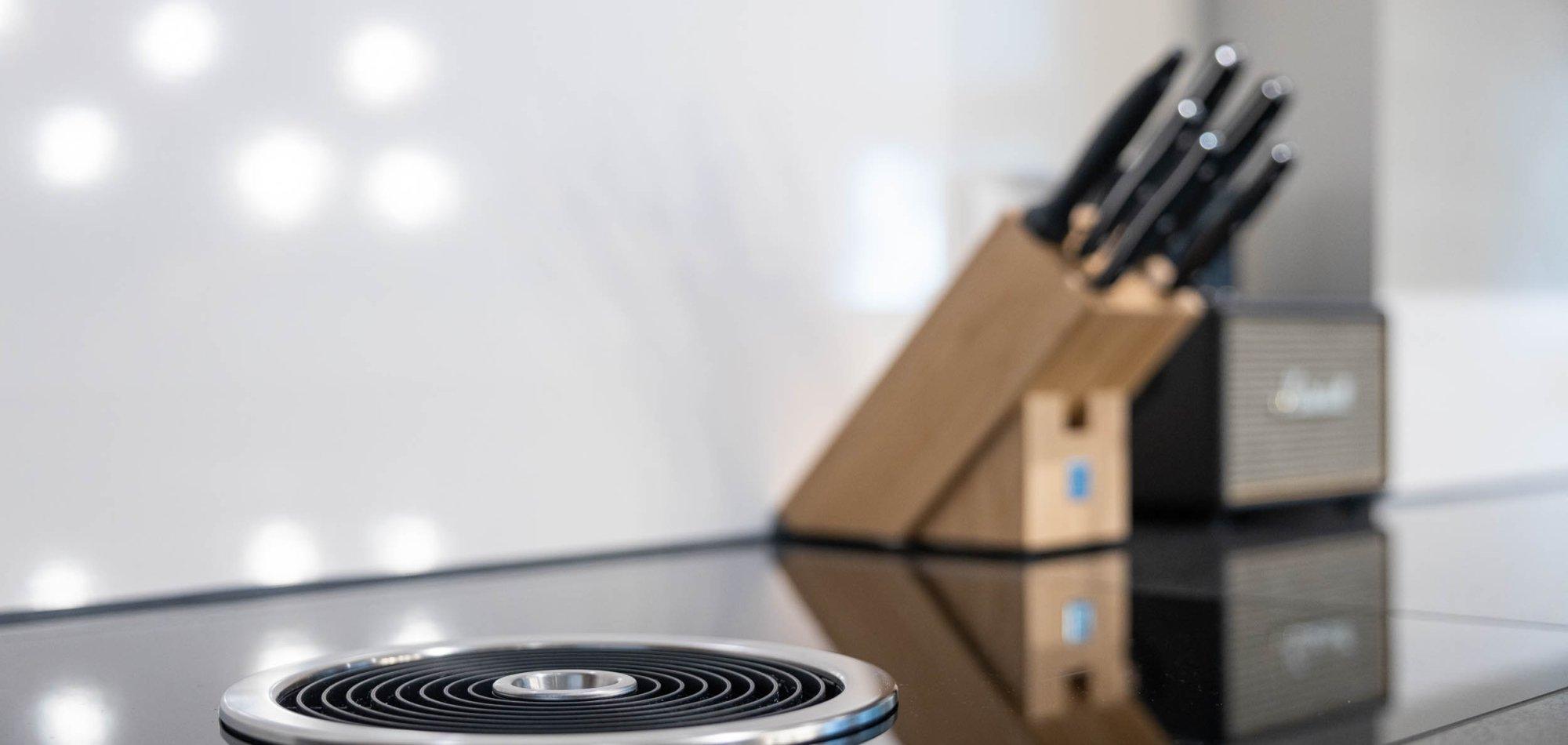 neue Küche mit modernem Dampfabzug