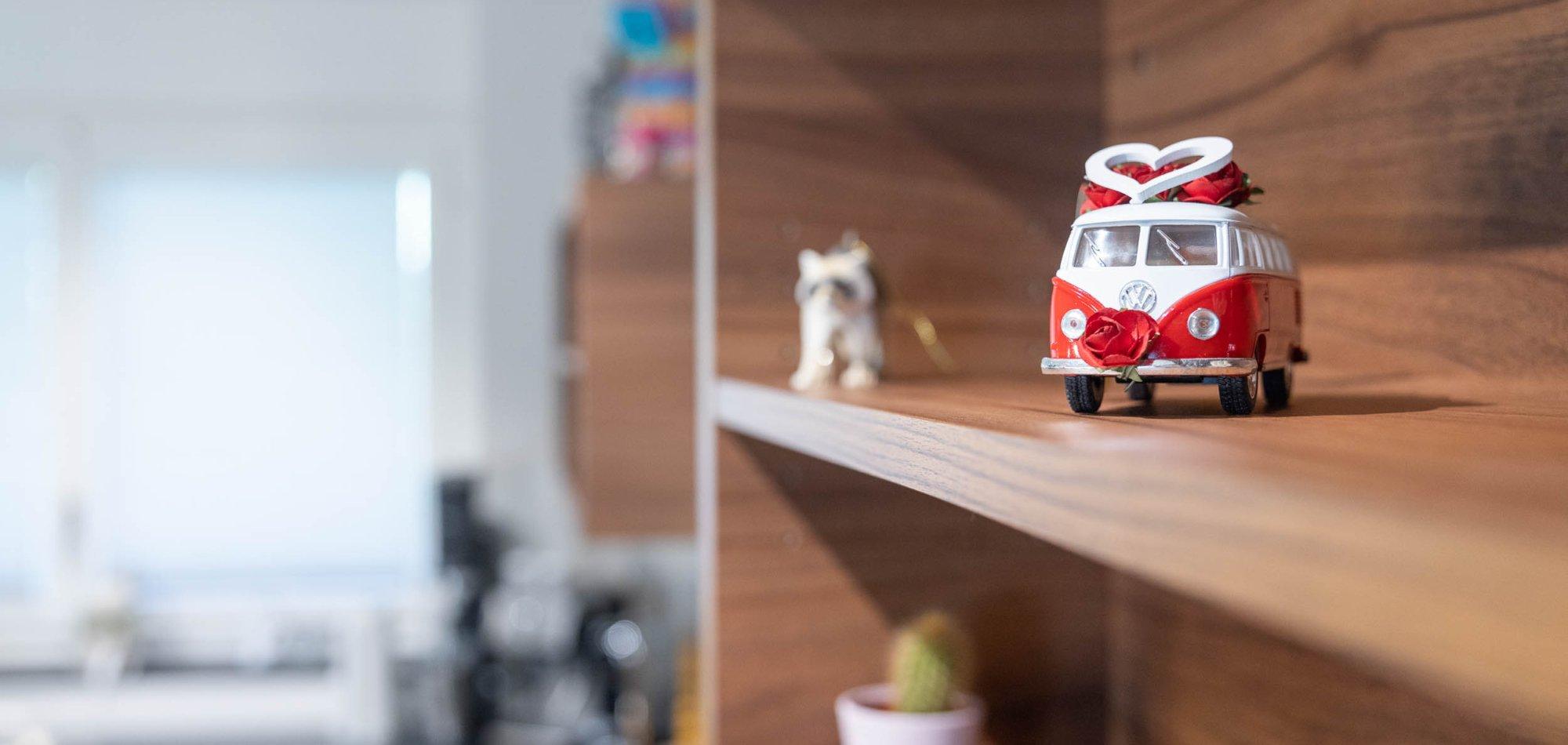 offene Regale in der Küche bieten viel Platz