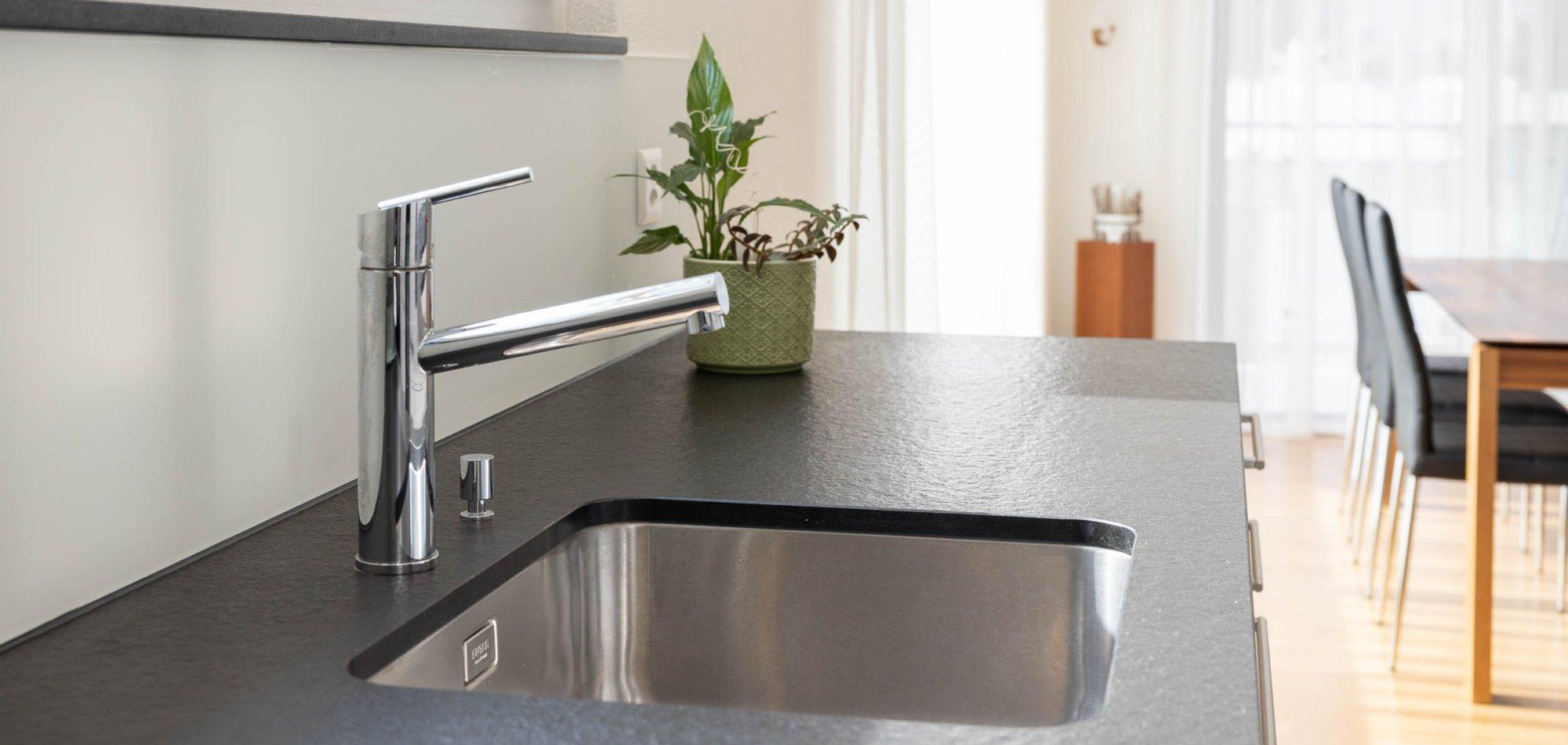 offene Küche mit modernen Geräten