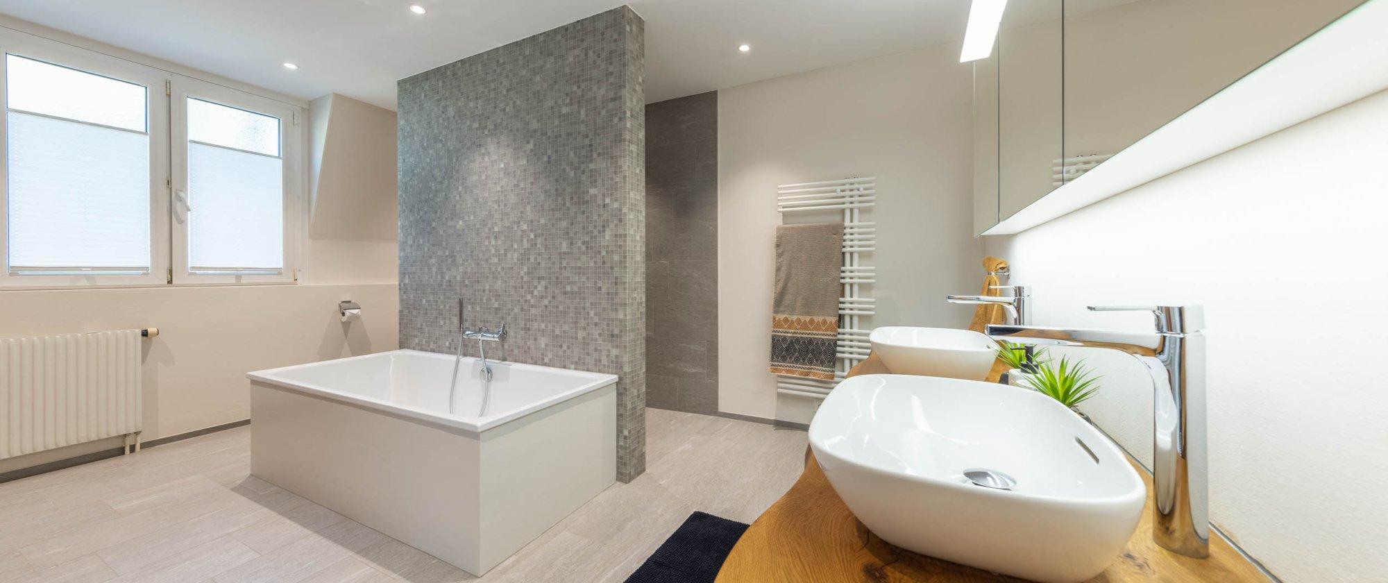 elegantes Badezimmer mit modernen Apparaten