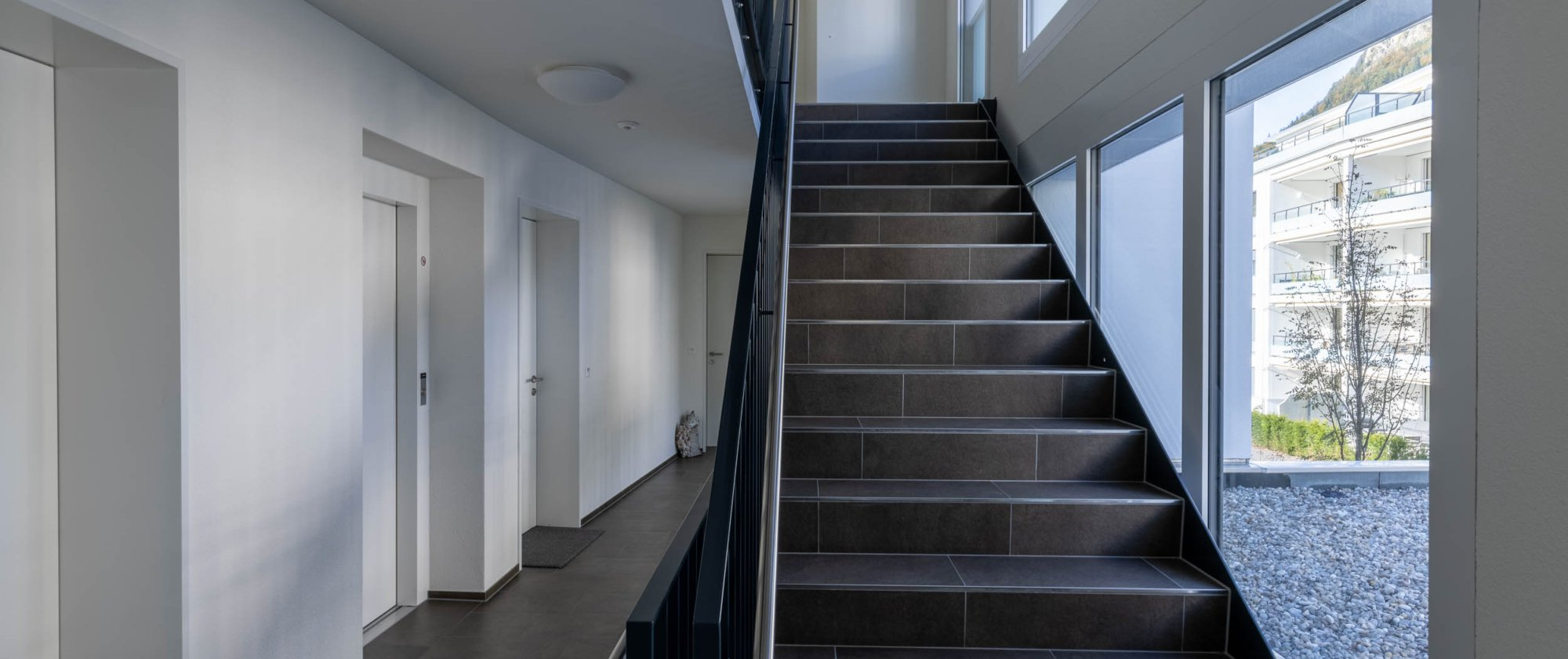 das helle Treppenhaus hinterlässt einen freundlichen Eindruck