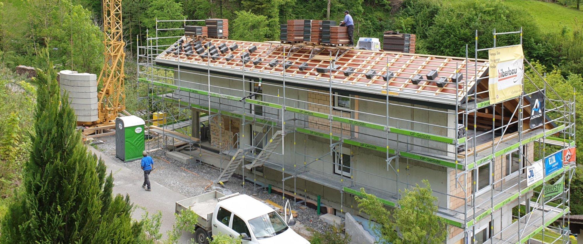das Dach wird mit Ziegeln eingedeckt