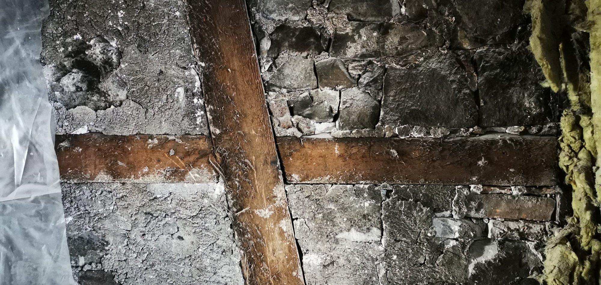 alter Holzrigel mit Bruchsteinmauerwerk ausgefacht