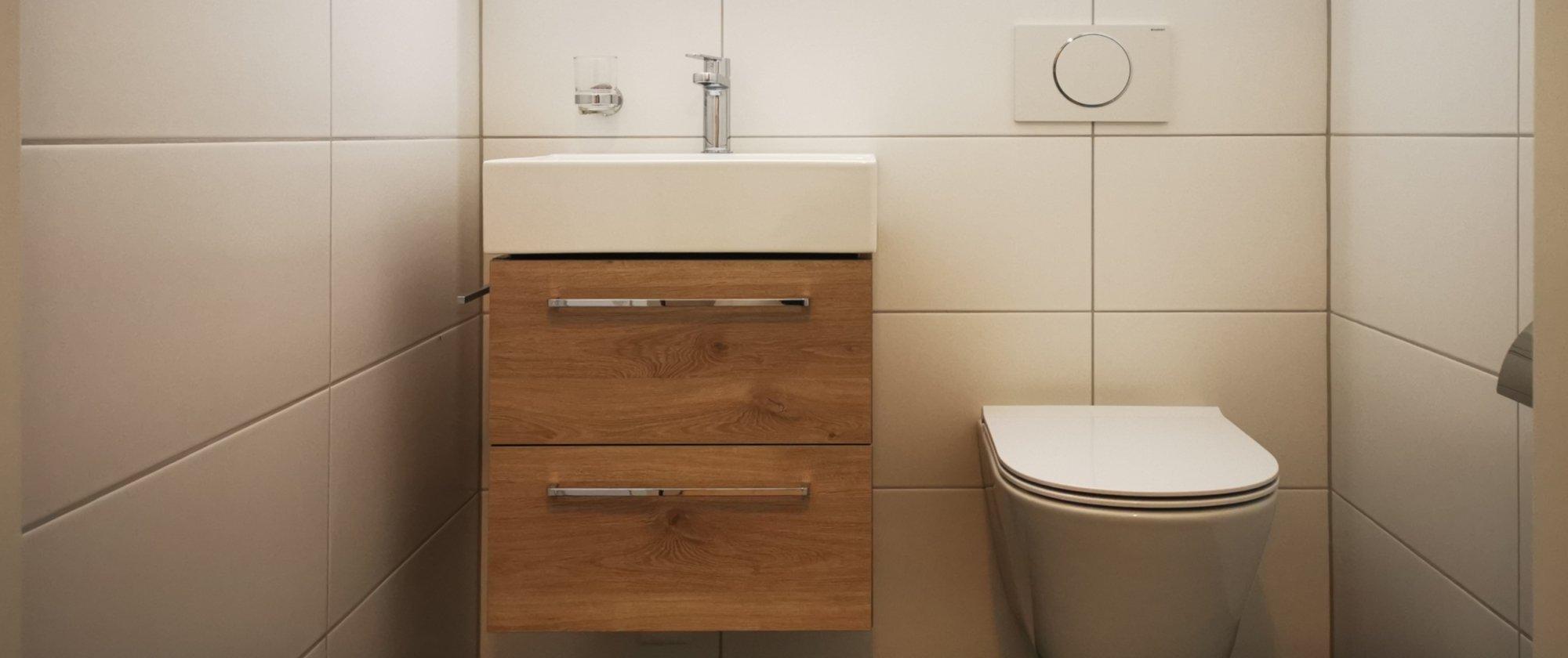 die Wohnung glänzt neu mit einem modernen separaten WC