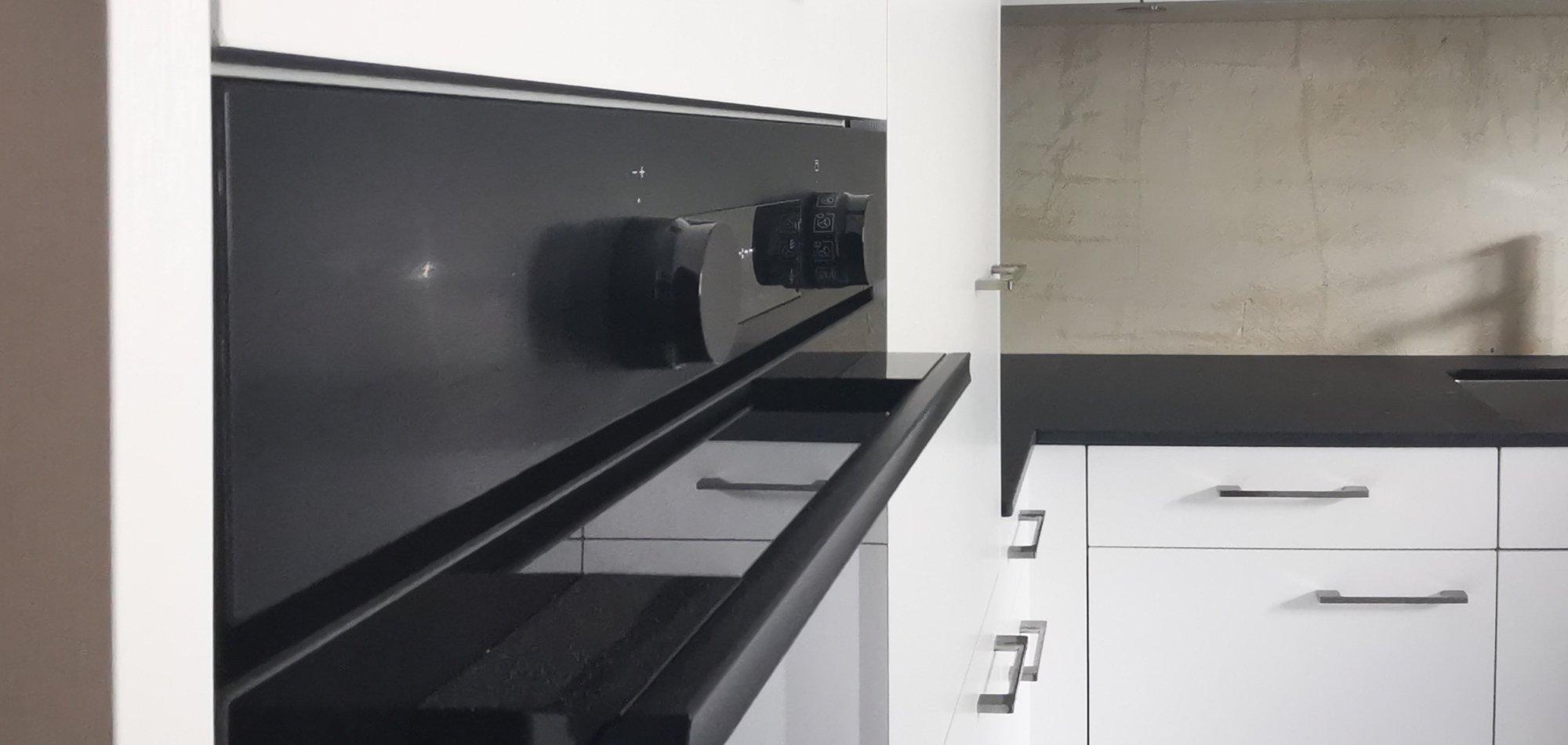 moderne Küchenapparate in der umgebauten Küche